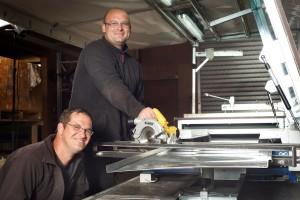 Alexander Besucher und Peter Ehlen arbeiten im Team and der Falze